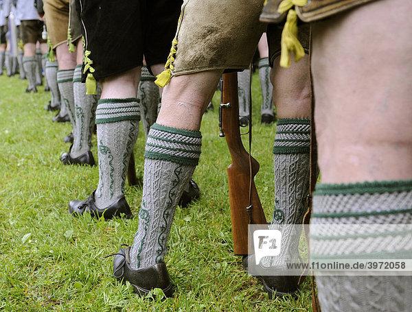 Männerbeine in Tracht beim Gebirgsschützentag in
