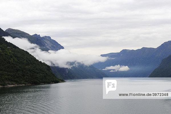 Nebelbedeckter Nordalsfjord  Norwegen  Skandinavien  Nordeuropa  Europa