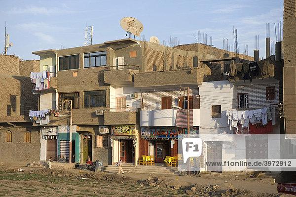 Häuserzeile in traditioneller Ziegelbauweise  Luxor  Ägypten  Afrika