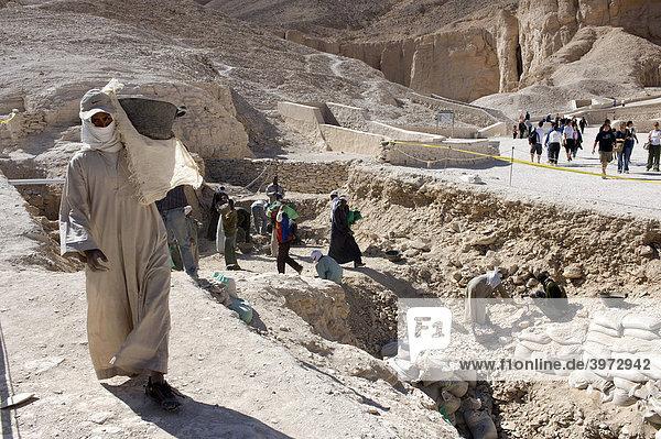 Lohnarbeiter tragen Erde  Ausgrabungen im Tal der Könige  Theben West  Luxor  Ägypten  Afrika