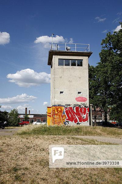 Wachturm der ehemaligen DDR in Berlin  Deutschland  Europa