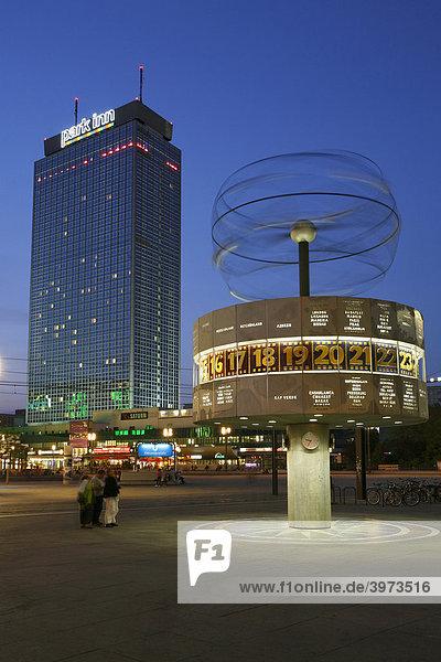 Hotel Park Inn und Weltzeituhr auf dem Alexanderplatz in Berlin  Deutschland  Europa
