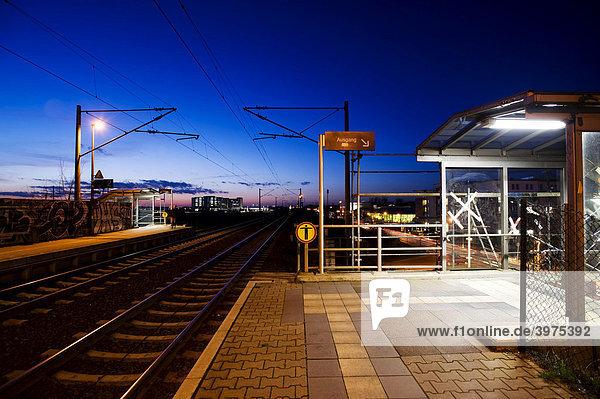 Ende des Bahnsteigs mit Ausgang am Haltepunkt Albrechtshof  Berlin  Deutschland