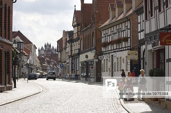 Straßenszene mit historischem Rathaus  Tangermünde  Sachsen-Anhalt  Deutschland
