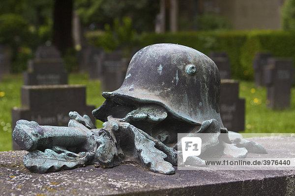 Stahlhelm  Schwert und Eichenlaub  Kriegerdenkmal und Gefallenenfriedhof aus dem Ersten Weltkrieg in Bad Godesberg  Bonn  Nordrhein-Westfalen  Deutschland  Europa