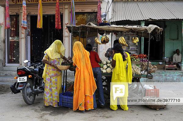 Indische Frauen in Saris an einem Obst- und Gemüsestand  Mandawa  Region Shekhawati  Rajasthan  Nordindien  Indien  Südasien  Asien