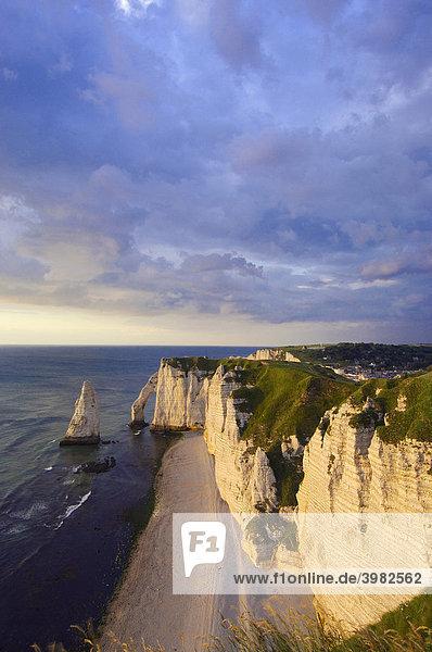 Falaise d'aval bei Sonnenuntergang  Seeklippe  …tretat  CÙte d¥Albatre  Haute-Normandie  Frankreich  Europa