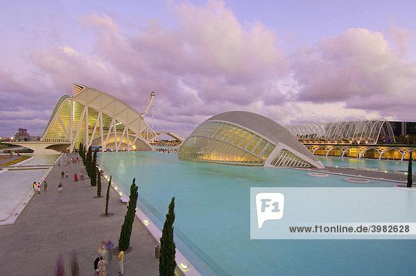 L'HemisfËric und PrÌncipe Felipe Museum der Wissenschaften in der Abenddämmerung  von S. Calatrava  Stadt der Künste und Wissenschaften  Comunidad Valenciana  Valencia  Spanien  Europa