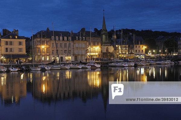 Hafen in der Abenddämmerung  Honfleur  Provinz Calvados  Normandie  Frankreich  Europa