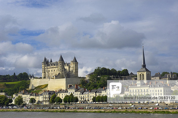 Schloss Saumur  Chateau de Saumur  an der Loire  und Kirche St. Pierre  Maine-et-Loire  Saumur  Loire-Tal  Frankreich  Europa