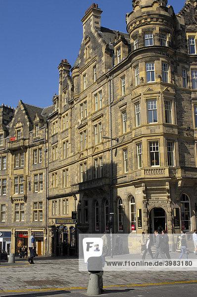 Straßenszene an der Royal Mile Straße  Edinburgh  Region Lothian  Schottland  Vereinigtes Königreich  Europa