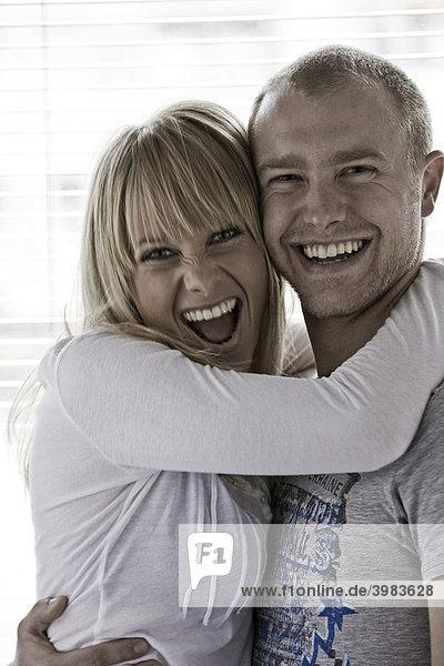 Junges Paar umarmt sich  lachen