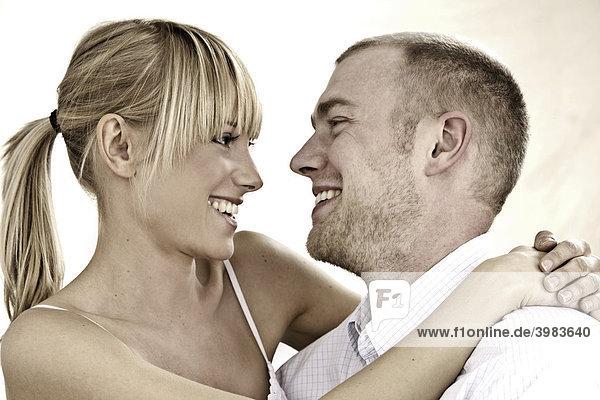 Junges Paar in weißer Kleidung  lachen