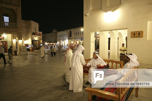 Abends im Souq al Waqif  ältester Souq  Bazar  des Landes  der alte Teil ist frisch renoviert  die neueren Teile wurde im historischen Stil umgebaut  Doha  Katar