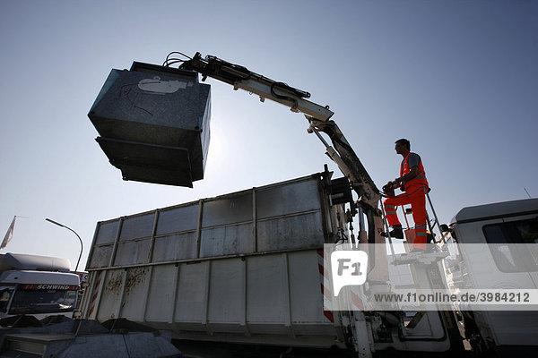Müllabfuhr  Altpapiercontainer werden entleert  Gelsendienste  Stadtwerke in Gelsenkirchen  Nordrhein-Westfalen  Deutschland  Europa