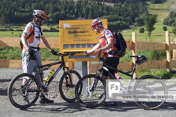 Mountainbike-Fahrer vor Schlauchomat in Willingen,  Hessen Deutschland