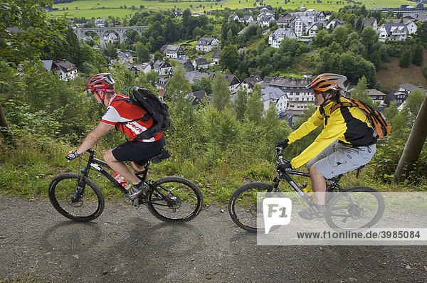 Mountainbike Fahrer bei Willingen mit Viadukt  Hessen  Deutschland