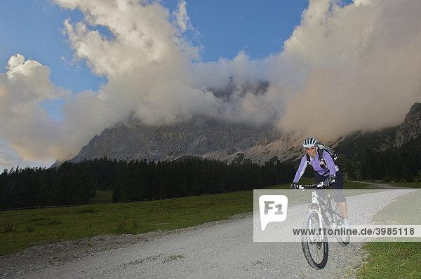 Mountainbike-Fahrerin bei der Ehrwalder Alm  Ehrwald  Tirol  Österreich