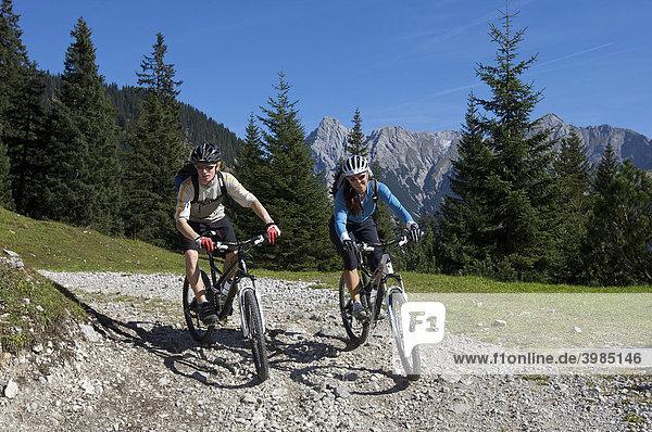 Mountainbike-Fahrer und -Fahrerin zwischen Karwendelhaus und Kleiner Ahornboden  Hinterriß  Tirol  Österreich