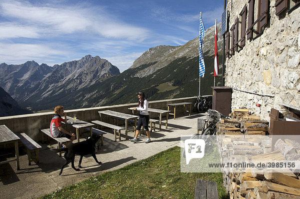 Mountainbike-Fahrer und -Fahrerin machen Rast am Karwendelhaus  Scharnitz  Tirol  Österreich