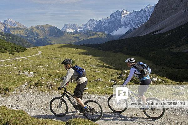 Mountainbike-Fahrerin und -Fahrer am Hochalmsattel beim Karwendelhaus,  Scharnitz,  Tirol,  Österreich