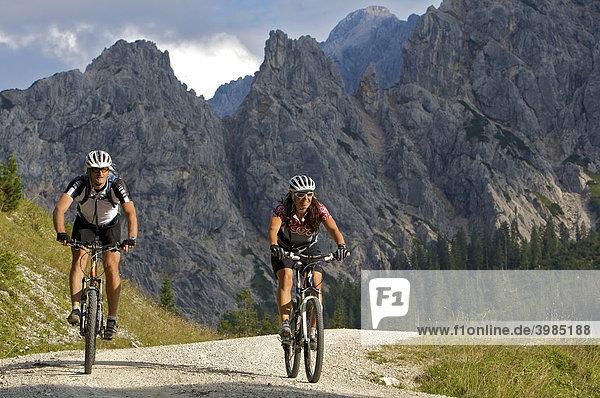 Mountainbike-Fahrerin und -Fahrer westlich der Vereiner-Alm im Karwendel  Mittenwald Oberbayern  Bayern  Deutschland