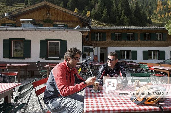 Mountainbike-Fahrer bei einer Rast an der Pinnisalm im Pinnistal  Tirol  Österreich