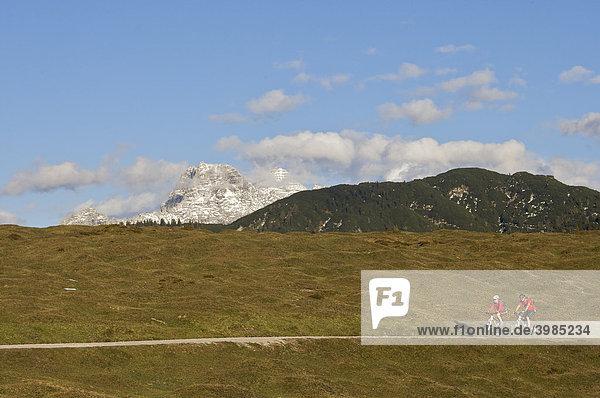Mountainbike-Fahrerin und -Fahrer bei Kirchdorf  Loferer Steinberge  Tirol  Österreich