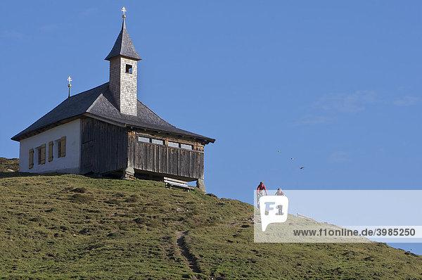 Mountainbike-Fahrer an der Kobinger Kapelle oberhalb der Harlasanger Alm  Rettenbach  Tirol  Österreich