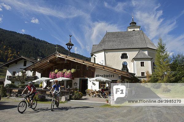 Mountainbike-Fahrer beim Gredwirt in Aschau  Tirol  Österreich  Europa