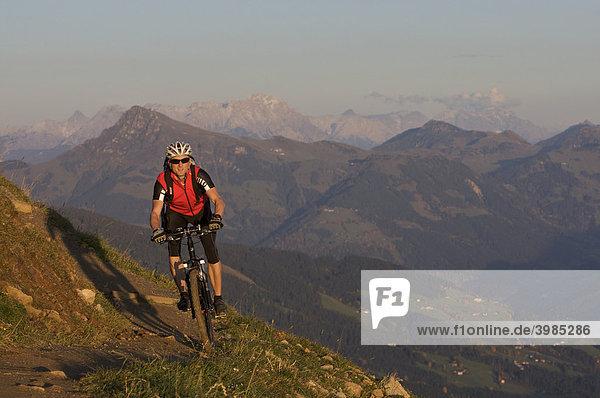 Mountainbike-Fahrer an der Hohen Salve  Tirol  Österreich  Europa