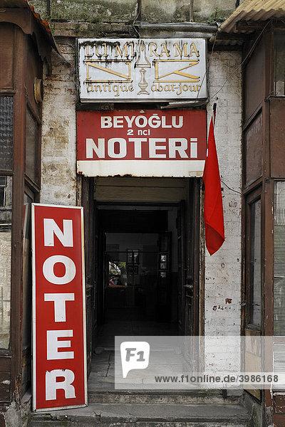 Eingang zu einer Notar-Kanzlei  heruntergekommens Hinterhofgebäude  Istilal Caddesi  Unanbhängigkeitsstraße  Beyoglu  Istanbul  Türkei