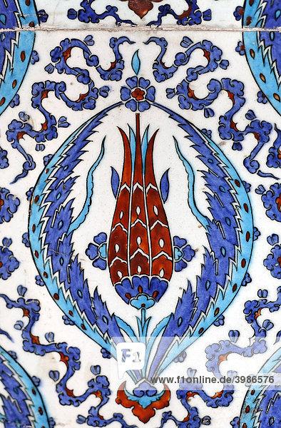 Dekorative Kacheln mit Iznik-Fayencen  Tulpenmotiv  Rüstem-Pasa-Moschee  Istanbul  Türkei