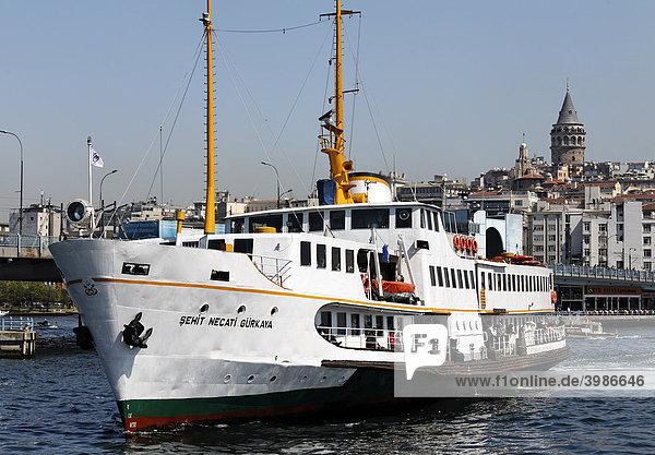 Alte Bosporus-Fähre vor Beyoglu  Galata-Turm  Goldens Horn  Istanbul  Türkei
