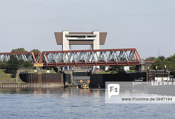 Rhein-Herne-Kanal  Schleuse Meiderich und Eisenbahnbrücke  Ruhrgebiet  Duisburg  Nordrhein-Westfalen  Deutschland  Europa Rhein-Herne-Kanal, Schleuse Meiderich und Eisenbahnbrücke, Ruhrgebiet, Duisburg, Nordrhein-Westfalen, Deutschland, Europa