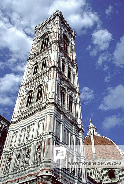Der Campanile und die Kuppel des Doms ragen in den blauen Himmel  Florenz  Toskana  Italien