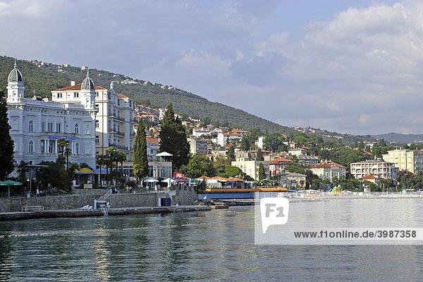Strand und Stadt Opatija  Istrien  Kroatien