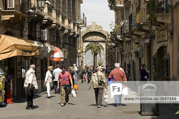 Porta Messina Tor an der Corso Umberto Fußgängerzone  Taormina  Sizilien  Italien
