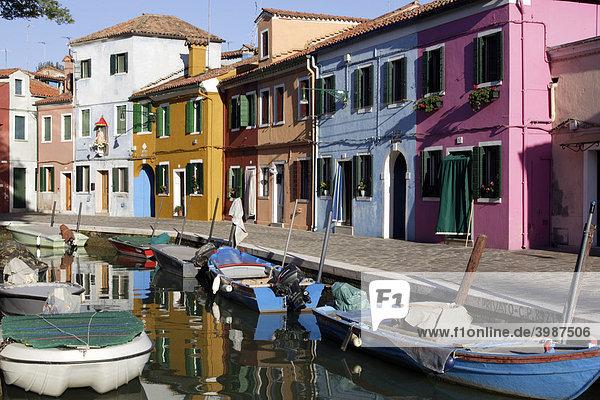 Bunte Häuser auf der Insel Burano in der Lagune von Venedig  Veneto  Italien  Europa