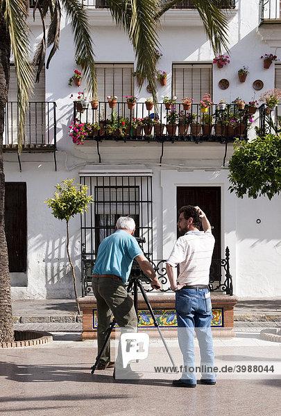 Filmteam im andalusischen Dorf Vejer de la Frontera mit Kamera vor einem Haus  Andalusien  Spanien  Europa