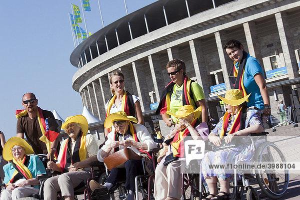 Seniorengruppe mit ihren Pflegekräften bei einem Besuch zur Leichtathletik WM  IAAF 2009  im Berliner Olympiastadion  Berlin  Deutschland  Europa