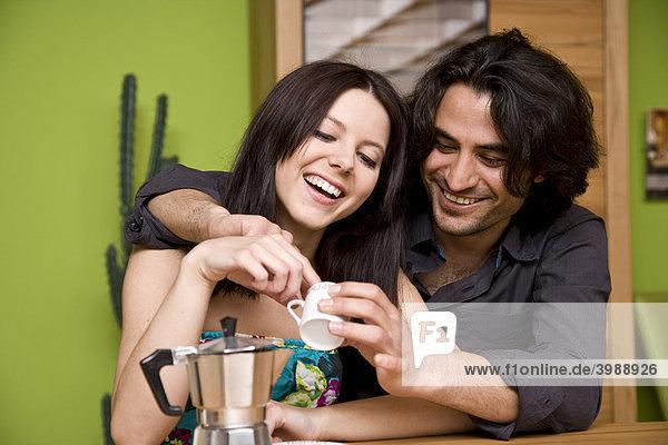 Junges Paar trinkt Tasse Kaffee