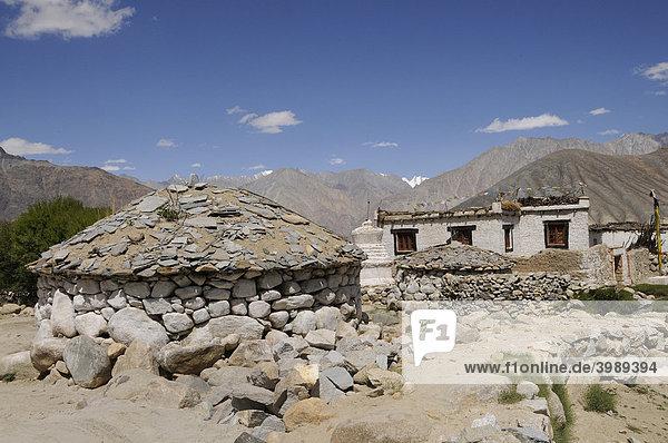Lhadhos  runde Steinsetzungen  für den Dorfgott mit Matras auf Steintäfelchen  Gebirgsoase Khalsar  Ladakh  Indien  Himalaja  Asien