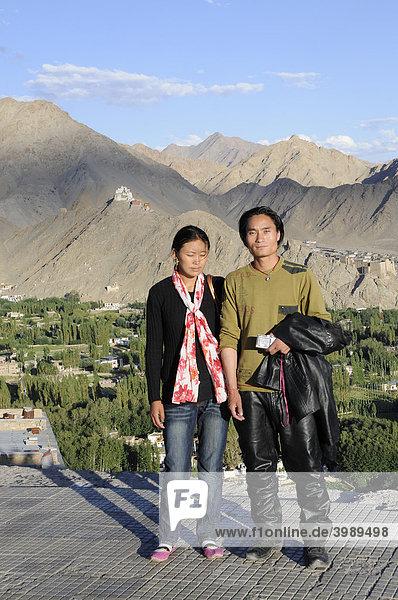 Junges Ladakhipaar über der Oase Leh  Ladakh  Nordindien  Himalaya  Asien