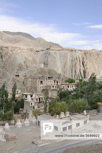 Ansicht des Dorfes mit Chörten und Burgruine vor Alchi  Ladakh  Indien  Himalaja  Asien