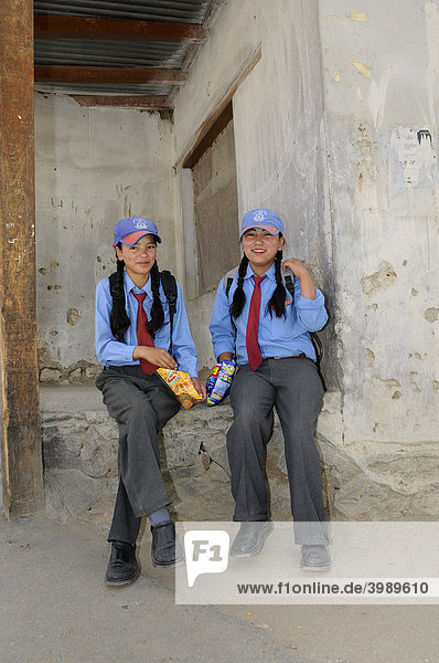 Schülerinnen in Schuluniform  Secondary Senior School  Lamdon  Leh  Jammu und Kashmir  Indien  Himalaja  Asien