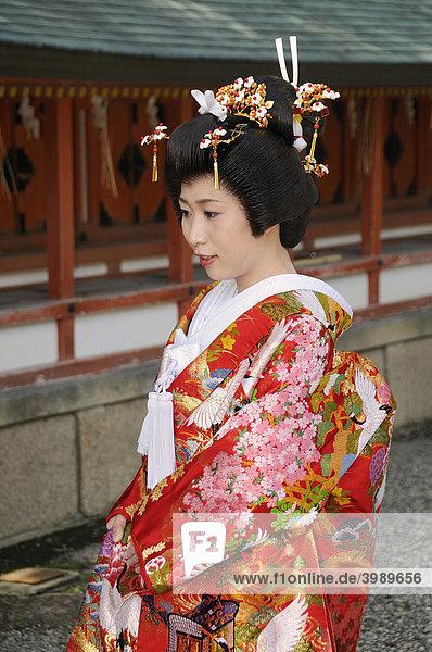 Braut in traditionellem Kimono bei einer shintoistischen Hochzeit im Yasaka Schrein  Maruyama Park  Kyoto  Japan  Asien