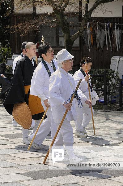 Pilger am Kiyomizu-dera Tempel in der Altstadt  Kyoto  Japan  Asien