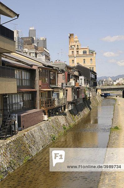 Kanal entlang der traditionellen Häuser am Kamufluss im Stadtzentrum von Kyoto  Japan  Asien
