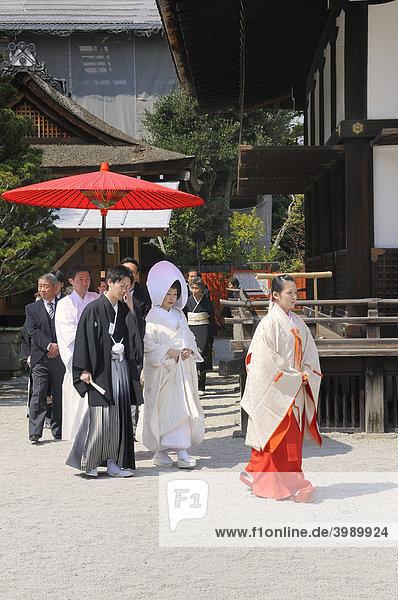 Shinto-Hochzeit mit Schreindienerin im Shimogamo Schrein  Kyoto  Japan  Ostasien  Asien